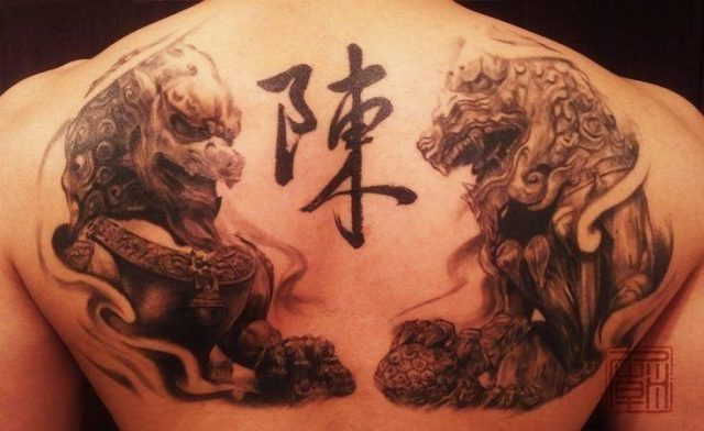 Chinese guardian lions get a modern art style in this artistic tattoo from Hong Kong studio Tattoo Temple
