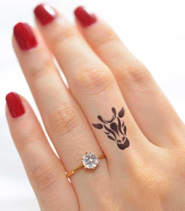 Giraffe finger tattoo
