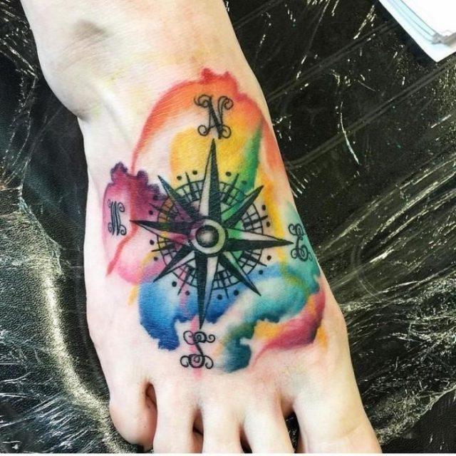 Maritime tattoos am fuß weltrichtungen wasserfarben buchstaben