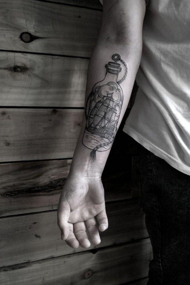 Tattoo unterarm mann maritim schiff flasche